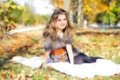 A menina bonita nova na madeira do outono Fotos de Stock