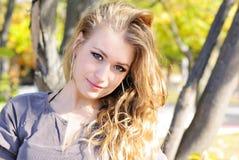 A menina bonita nova na madeira do outono Foto de Stock