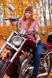 Menina bonita nova na motocicleta Imagens de Stock