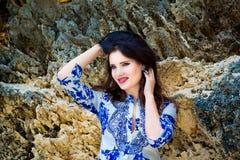 Menina bonita nova na praia de uma ilha tropical verão v Foto de Stock Royalty Free