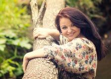 Menina bonita nova no banco do rio Fotografia de Stock