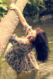 Menina bonita nova no banco do rio Fotos de Stock Royalty Free
