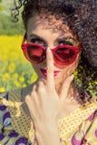 Menina bonita nova nos óculos de sol Fotos de Stock Royalty Free
