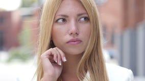 Menina bonita nova pensativa de pensamento, retrato exterior video estoque