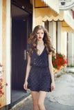 Menina bonita nova que anda na rua Fotografia de Stock