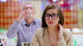 A menina bonita nova que come um queijo e prova um vinho branco no degustation video estoque