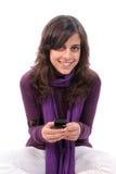 Menina bonita nova que convida o telemóvel Foto de Stock
