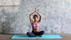Menina bonita nova que faz a ioga dentro video estoque