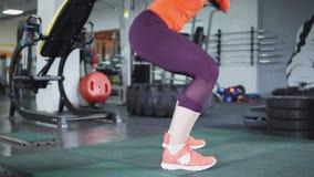 Menina bonita nova que faz ocupas no gym feche acima dos pés, 4k Conceito do esporte e do estilo de vida saudável video estoque