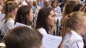 Menina bonita nova que joga na orquestra na rua vídeos de arquivo