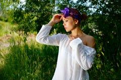 Menina bonita nova que levanta na natureza fotografia de stock royalty free