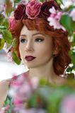 Menina bonita nova que levanta nas cores de árvores de Apple na primavera Retrato da beleza Fotografia de Stock
