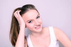 Menina bonita nova que sorri sinceramente fotografia de stock