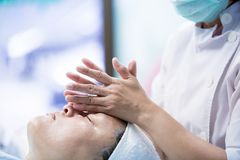 Menina bonita nova que tem a massagem de cara que relaxa imagens de stock