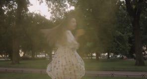 Menina bonita nova que tem o divertimento no parque com as cores de Holi video estoque