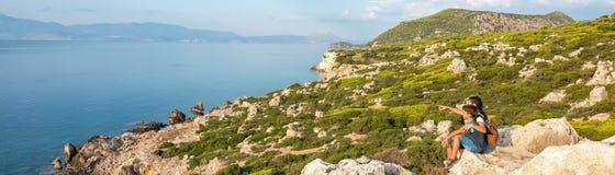 Menina bonita nova que viaja ao longo da costa do mar Mediterr?neo fotos de stock