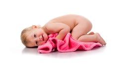 Menina bonita ondulada em um cobertor cor-de-rosa imagem de stock royalty free