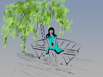 A menina bonita pendente senta-se em um banco sob um vidoeiro com um mobi Foto de Stock Royalty Free