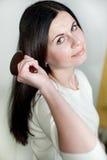 A menina bonita penteia o cabelo Foto de Stock Royalty Free