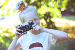 Menina bonita pequena com câmera retro Fotografia de Stock Royalty Free