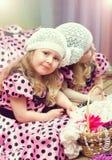 Menina bonita pequena com a cesta que senta-se no espelho Imagens de Stock Royalty Free