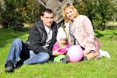 Menina bonita pequena com pai no glade verde Imagem de Stock Royalty Free
