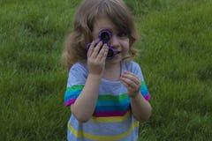 A menina bonita pequena está jogando o girador azul à disposição Foto de Stock