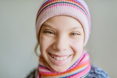 Menina bonita pequena no chapéu e no lenço do inverno Fotografia de Stock