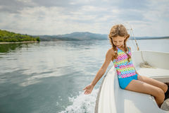 A menina bonita pequena vai no barco, mar de adriático Fotos de Stock