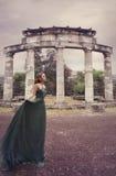 Menina bonita perto das ruínas romanas antigas Fotos de Stock Royalty Free