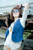 A menina bonita perto de um carro railway oxidado Fotos de Stock
