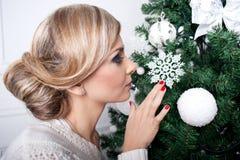 A menina bonita perto de uma árvore do ano novo Imagens de Stock