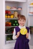Menina bonita perto do refrigerador com alimento saudável Fotos de Stock Royalty Free
