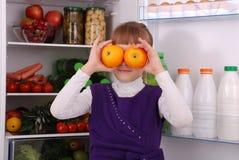 Menina bonita perto do refrigerador com alimento saudável Imagens de Stock