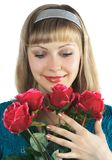 A menina bonita prende o ramalhete de rosas vermelhas imagem de stock