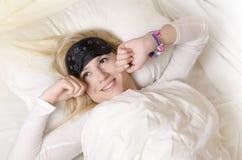 Menina bonita que acorda na manhã Foto de Stock
