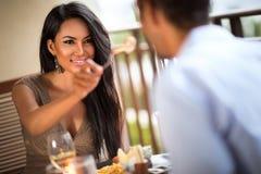 Menina bonita que alimenta seu noivo foto de stock