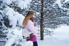 Menina bonita que anda com pares de patins Fotografia de Stock