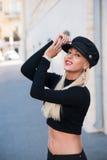 Menina bonita que anda em um revestimento preto fotografia de stock royalty free