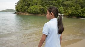 Menina bonita que anda na praia durante o ver?o video estoque