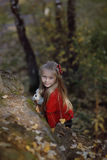 Menina bonita que aprecia a natureza em um dia ensolarado Imagens de Stock