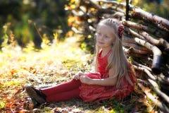 Menina bonita que aprecia a natureza em um dia ensolarado Criança adorável que joga e que caminha na floresta Fotos de Stock Royalty Free