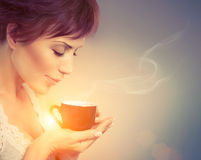 Menina bonita que aprecia o café Imagens de Stock Royalty Free