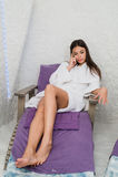 A menina bonita que aprecia a terapia na fatura da sala de sal chama seu telefone esperto Imagem de Stock Royalty Free