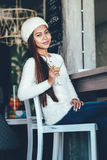 Menina bonita que bebe Martini em uma barra Fotos de Stock