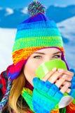 Menina bonita que bebe o chocolate quente ao ar livre Fotografia de Stock