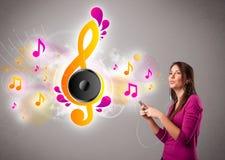 Menina bonita que canta e que escuta a música Imagem de Stock Royalty Free