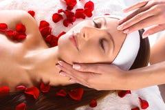Menina bonita que começ a massagem principal Fotos de Stock