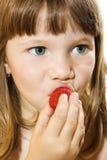 Menina bonita que come a morango saboroso Fotos de Stock Royalty Free
