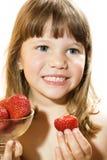 Menina bonita que come a morango saboroso Imagem de Stock